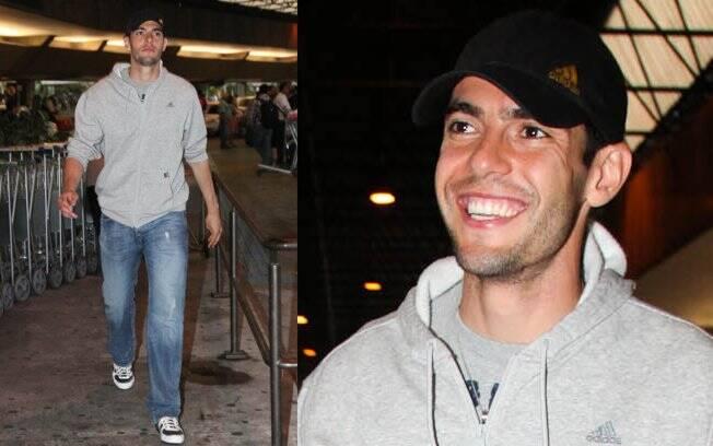 Kaká desembarca no aeroporto de Guarulhos, bastante emocionado
