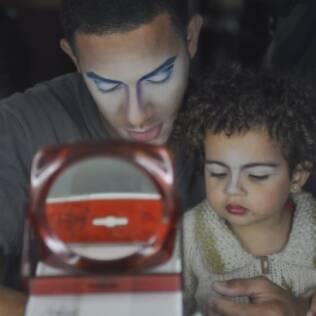 Jailton brinca com a filha Mel com a maquiagem que usava no Cirque du Soleil