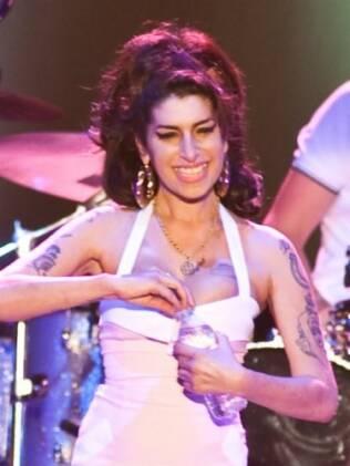 Amy sorri para o público em Florianópolis
