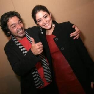 Bruno Mazzeo posa com a colega de elenco Carol Castro