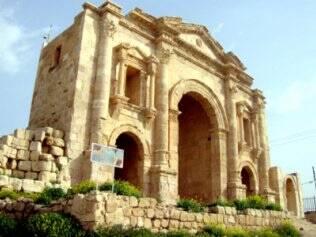 Arco de Adriano marca a entrada da cidade de Jerash