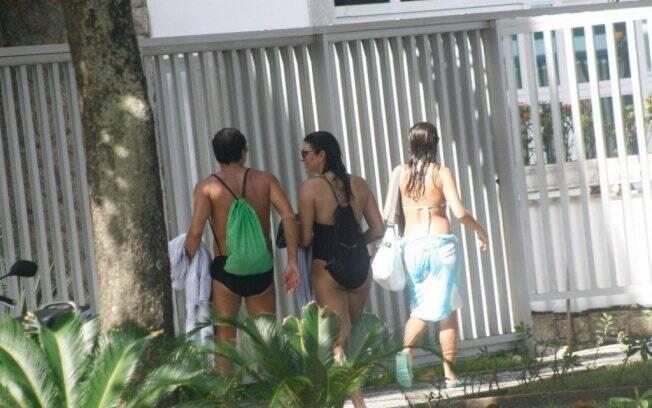 O casal deixou a praia de maiô e sunga