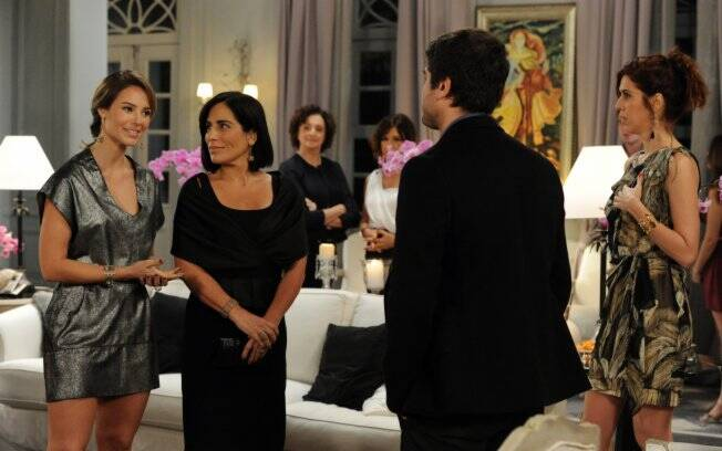 Norma aceitou o convite de Vitória e foi ao noivado de Pedro e Marina