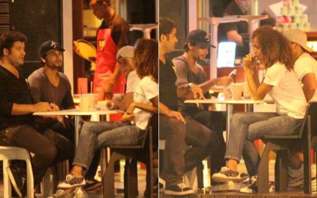 Jesus Luz conversa com amigos em um restaurante