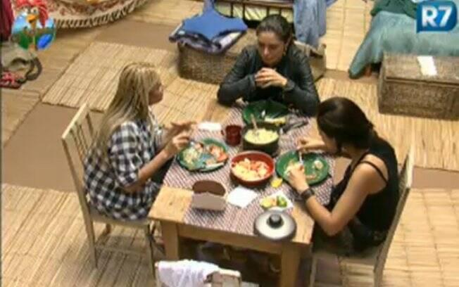 Monique, Franciely e Ana Paula durante almoço na Casa da Roça
