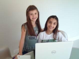 As irmãs Julia e Laura Balbachan Santos têm horário pré-determinado pela mãe para ficar na internet