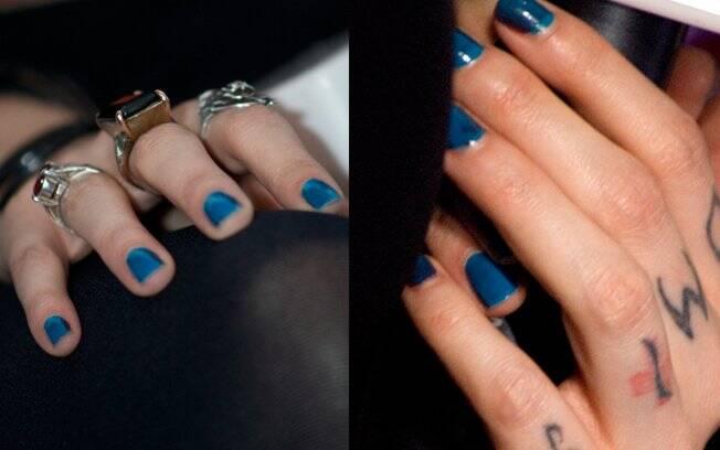 Mayana Moura: tatuagem e esmalte azul nas mãos