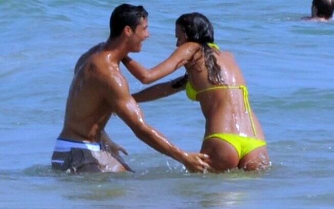 Cristiano Ronaldo e Irina Shayk em uma praia de Portugal