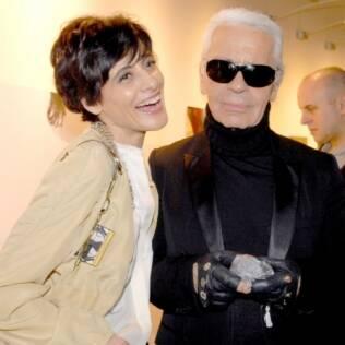 A modelo Inès de la Fressange, que voltou a desfilar para a Chanel aos 53 anos