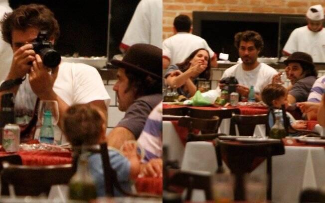 Thiago Lacerda percebeu a presença do paparazzo e também registrou o momento em família