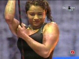 Com expressão de dor, Maria se prepara para bater contra a parede da Prova do Líder