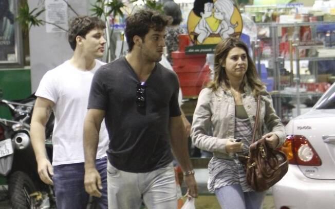 Fernanda Paes Leme e Gregor Gracie na companhia de um amigo