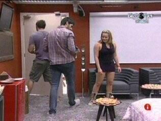 Rodrigão, Paula e Wesley curtem sessão de cinema