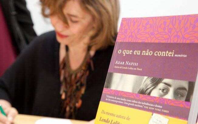 Nafisi assina a autobiografia