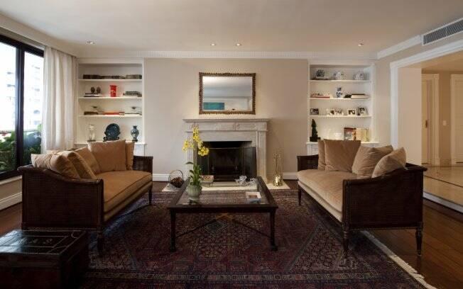 O baú em couro para guardar revistas compôs mnuito bem com o estilo da sala de estar