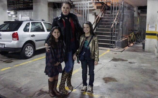 Claudia Raia, Sofia e uma amiguinha no estacionamento do Teatro do Leblon