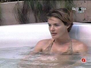 Antes de Wesley chegar, Diana falava sozinha na hidromassagem