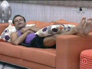 Daniel adormece no sofá da sala