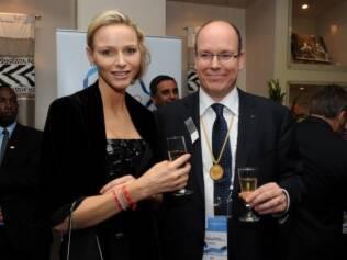 Princesa Charlene de Monaco e Príncipe Albert II no coquetel organizado pelo Comitê Olímpico Internacional, em Durban, na África do Sul