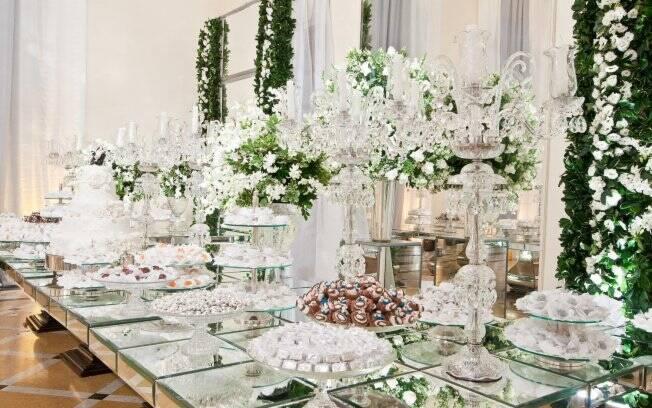 Mesa de doces com flores e cristais