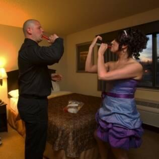 O casal Becky e Brent alugou até uma suíte de hotel para garantir que a festa durasse mais