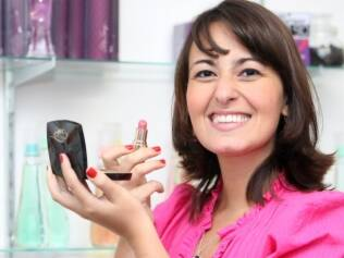 Karina Rocha fatura alto vendendo cosméticos em redes sociais