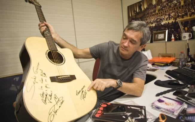 Entre os prêmios e os presentes recebidos de entrevistados, como o violão que ganhou do cantor Edson e da banda Barra de Saia, que decoram sua sala na Globo