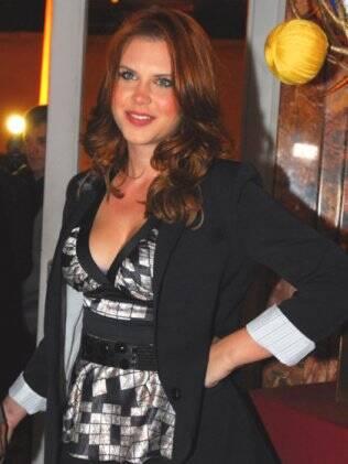 Caroline Figueiredo tingiu o cabelo de ruivo para a novela global Ti-ti-ti