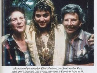 Madonna ao lado da mãe de sua madrasta e da avó, Elsie Mae Fortin.