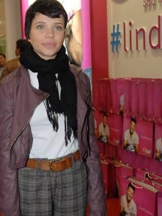 Bruna Linzmeyer, a Leila, de Insensato Coração, visita feira de sapatos e acessórios, em São Paulo.