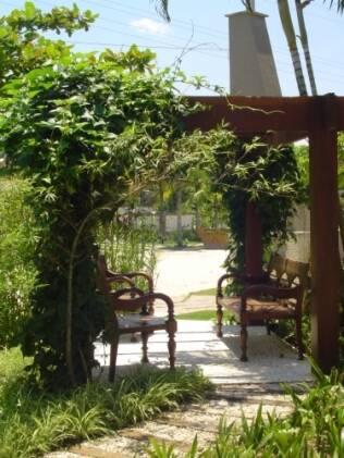 A sete-léguas cobre a estrutura e a mantém florida o ano inteiro