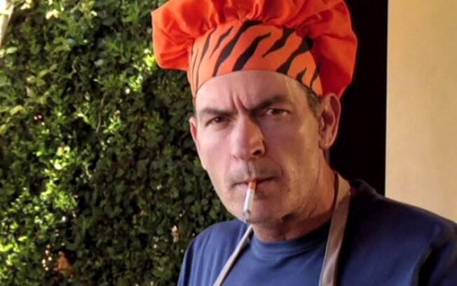 Charlie Sheen em cena de vídeo postado na internet, onde interpreta um chef de cozinha