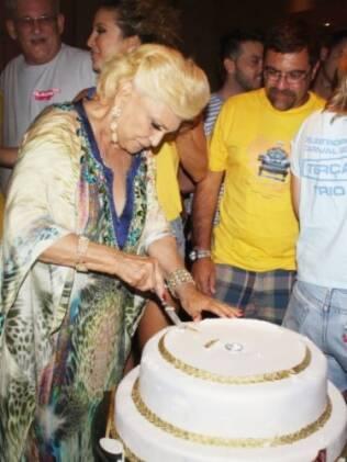 Depois de subir no trio elétrico ao lado de Claudia Leitte, Hebe ganhou um enorme bolo de aniversário