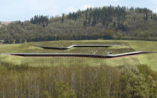 A vinícola Antinori, projetada pelo Studio Archea, é marcada por duas grandes fendas laterais e confunde-se com a paisagem de colinas da Toscana