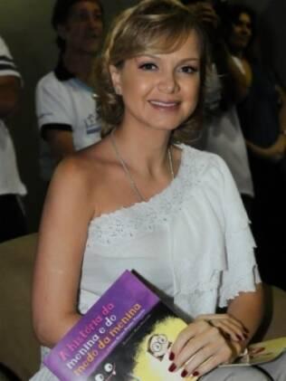 Eliana lê livro em projeto infantil
