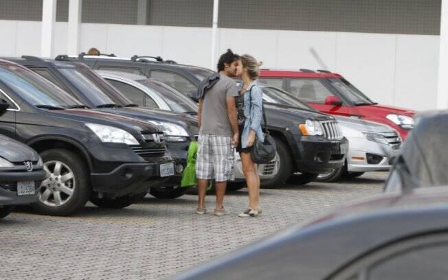 Em abril, Juliana Didone e Bruno Mazzeo foram flagrados aos beijos no estacionamento do shopping no Rio de Janeiro