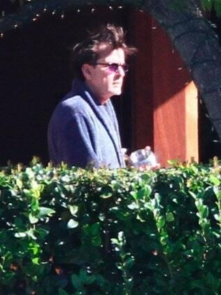 Charlie Sheen no jardim de sua casa, em Beverly Hills, durante tratamento de reabilitação