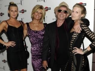Keith Richards é rodeado pela filha Alexandra, a mulher Patti Hansen e Theodora durante a semana de moda de Nova York, em 2010