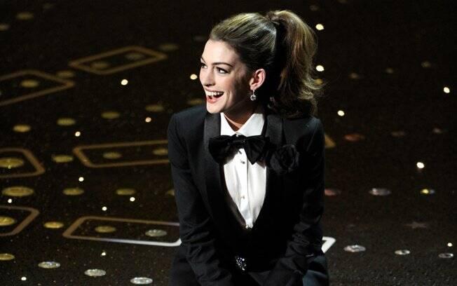 Anne Hathaway usou smoking e mais sete looks durante a festa