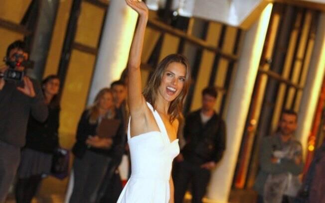 Alessandra Ambrosio também vai desfilar pela Colcci