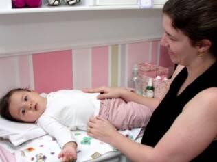 Mãe em tempo integral: Iris troca as fraldas de Maria Cecília