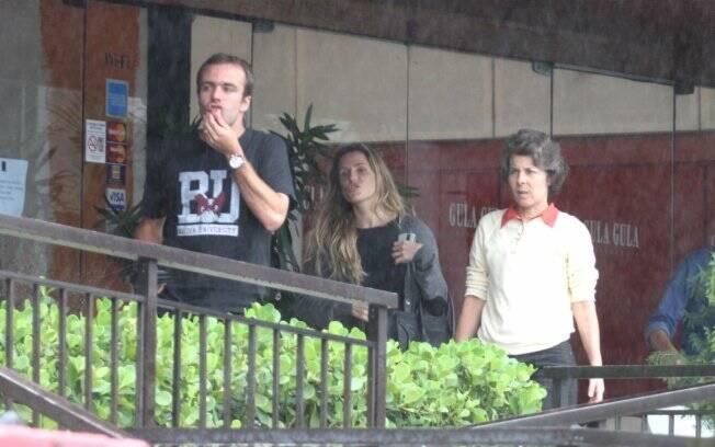 Deborah Secco e Roger Flores almoçaram no restaurante