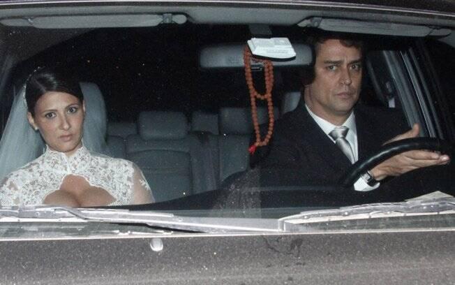 Marcello Antony e Carolina Hollinger Villar deixam a casa de festas após o casamento
