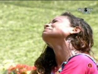 Jaqueline chora ao deixar a prova