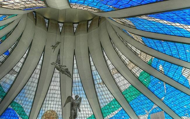 A cobertura da Catedral de Brasília é formada por 16 peças em fibra de vidro dispostas entre pilares de concreto