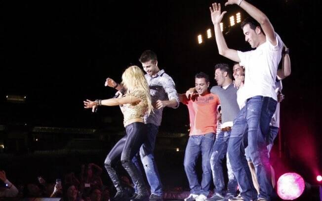 Jogadores do Barcelona subiram ao palco e dançaram ao som de Shakira