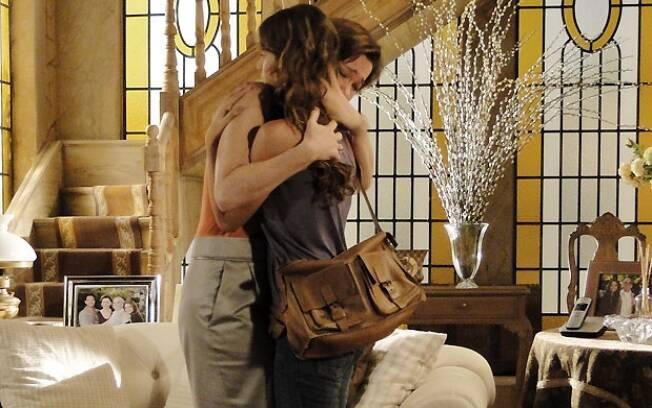 Amélia chora nos braços de Manuela
