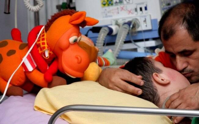 Valmir trabalha como vigia à noite e toda manhã fica com o filho Matheus, 6 anos