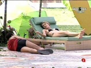 Diana e Daniel cochicham sobre Maria e Wesley