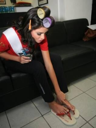 Miss Amazonas mostra pé machucado após rotina intensa